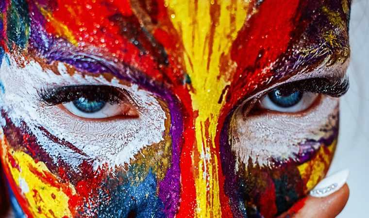 Essere creativi - il volto di una ragazza dipinto di mille colori