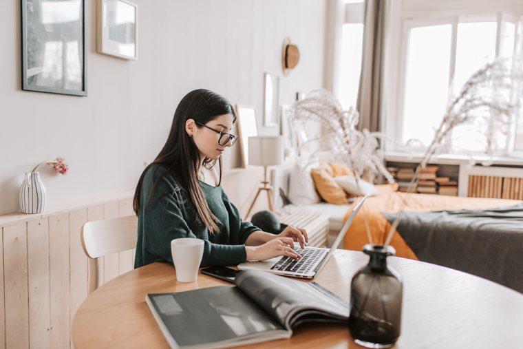 Essere concentrati sulla scrittura: una ragazza concentrata sul suo computer