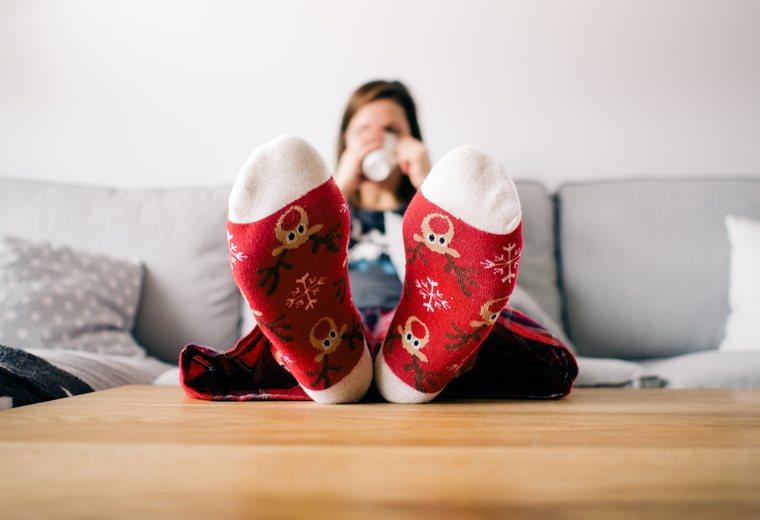 Scrivere nei momenti difficili, quando si è chiusi a casa: una ragazza su un divano.