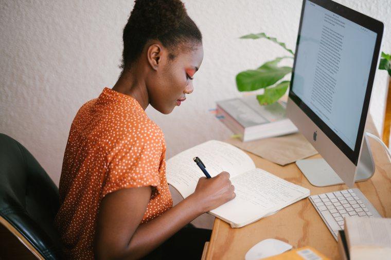Scrivere un romanzo: una ragazza impegnata nella scrittura