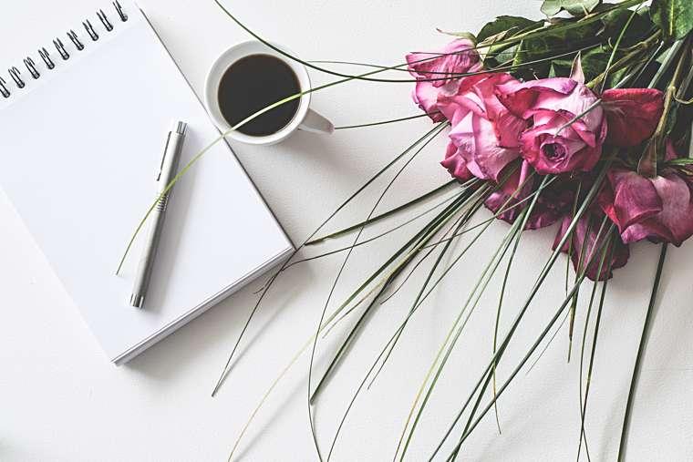 Scrivere più in fretta: l'immagine di un tavolo da lavoro