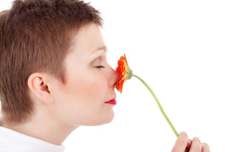 Stimolare la creatività: una donna annusa un fiore